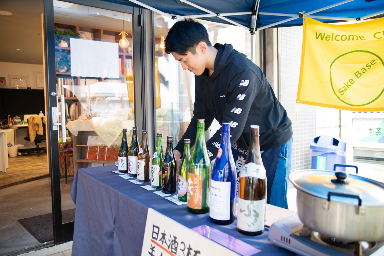 酒ベース石井さんと展示風景